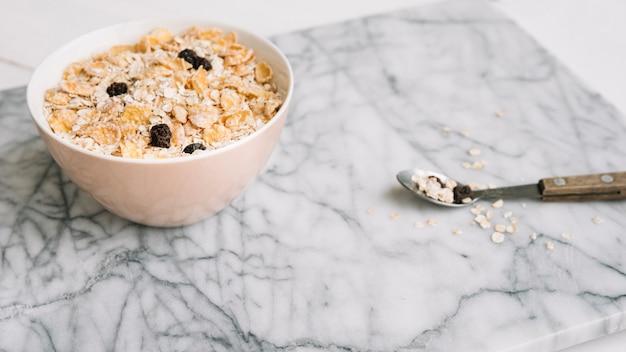 Gruau aux raisins secs dans un bol sur la table