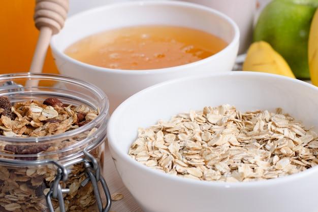 Gruau aux raisins secs. miel, bananes, pommes vertes, noix