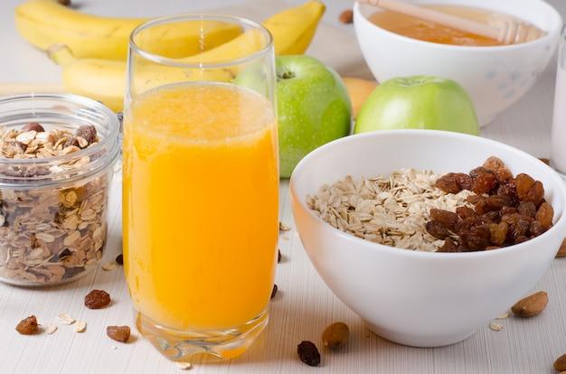 Gruau aux raisins secs. miel, jus d'orange, pommes vertes, noix
