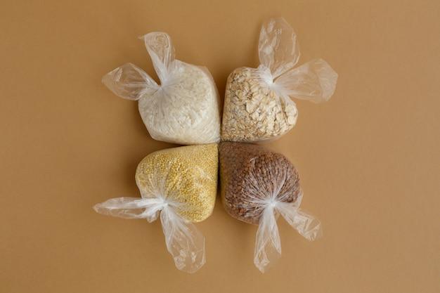 Gruau divers dans de petits sacs en plastique riz et flocons d'avoine sarrasin et millet