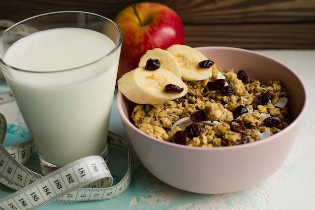 Gruau avec du lait, des noix et des fruits. nutrition adéquat.