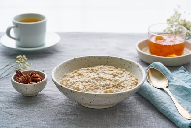 Gruau entier, grand bol de bouillie avec du beurre pour le petit déjeuner, repas du matin. vue de côté