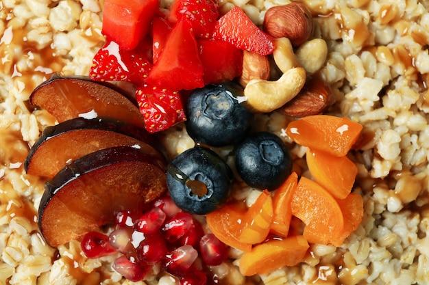 Gruau frais cuit avec des fruits, gros plan