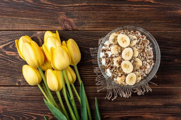Gruau avec fromage cottage, graines de tournesol et banane