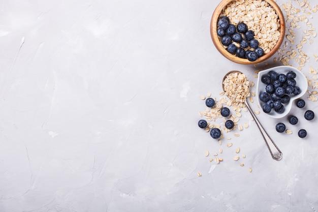 Gruau, granola aux baies. petit-déjeuner sain d'été.