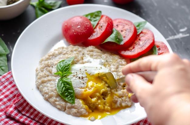 Gruau avec œuf poché, tomates et basilic.