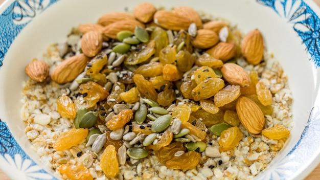 Gruau de petit déjeuner avec des raisins secs citrouille et graines de tournesol et amandes vue de dessus