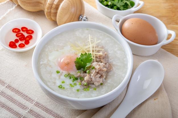 Gruau de riz chinois traditionnel au porridge dans un bol