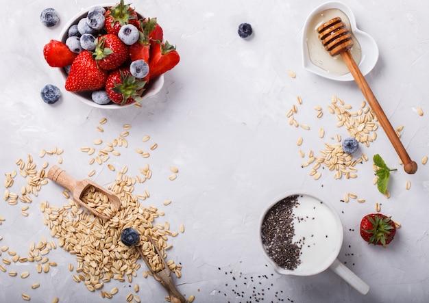 Gruau, yaourt, miel, fraises et myrtilles avec graines de chia