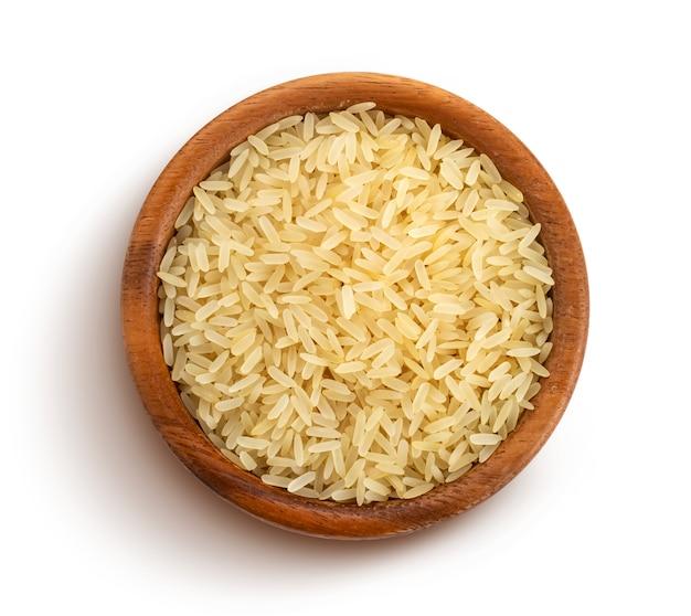 Gruaux de riz étuvés isolés sur blanc, vue de dessus