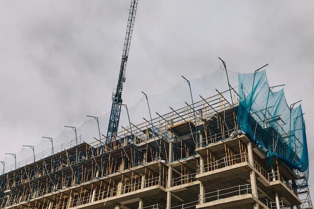 Grue au-dessus de la construction