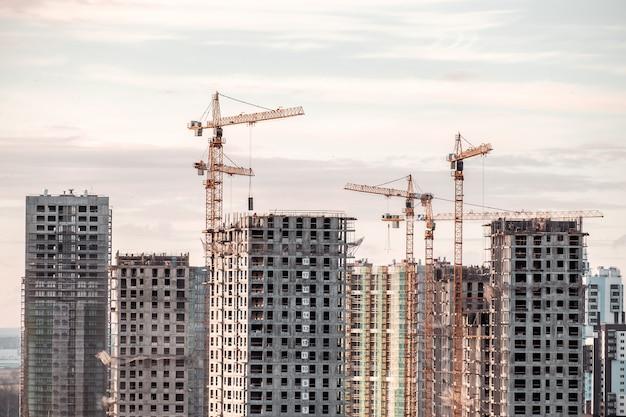 Grue de bâtiment et bâtiments en construction