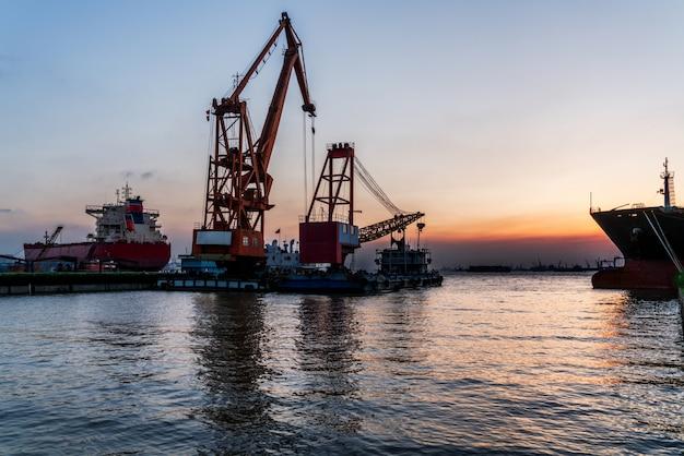 La grue à la borne portuaire, vue de nuit