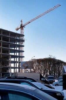 Grue de construction de bâtiment hiver