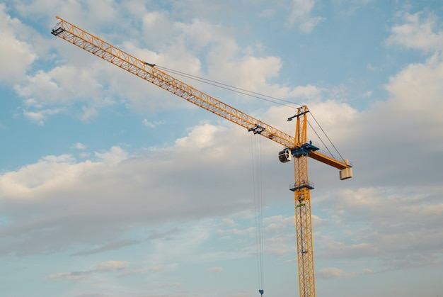 Grue de construction de bâtiments avec ciel bleu
