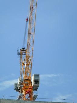 Grue de construction sur chantier dans l'industrie de la construction