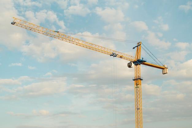 Grue de construction avec ciel bleu