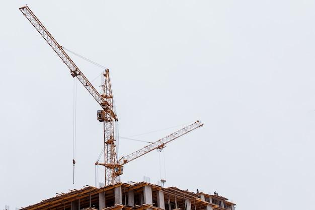 Grue de construction construisant un multi-étages