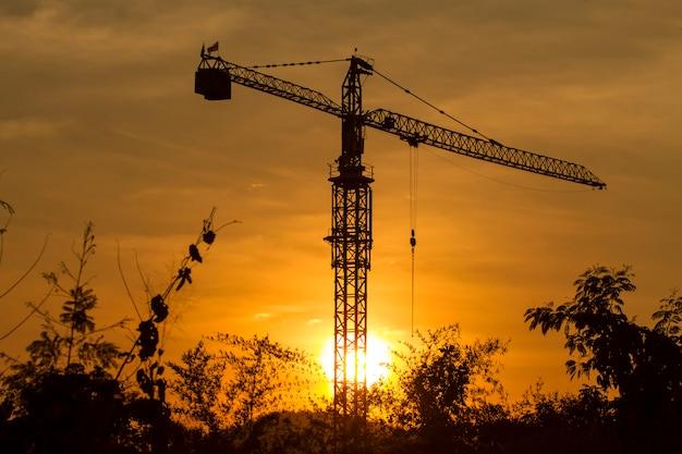 Grue de construction jour avec ciel crépuscule