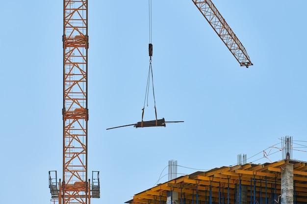 Grue de construction travaillant sur un complexe de construction