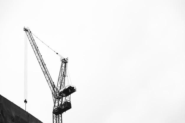 Grue dans le ciel sur un chantier de construction
