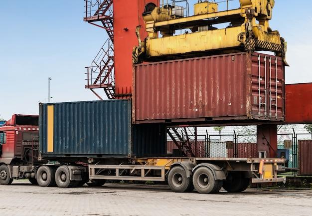La grue est en train de hisser des conteneurs au quai