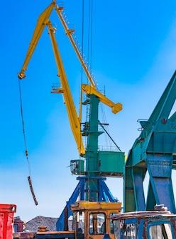 Grue de ferraille avec beaucoup de métal dans le port maritime