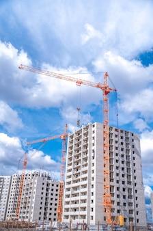 Grue de levage et logement à plusieurs étages en construction