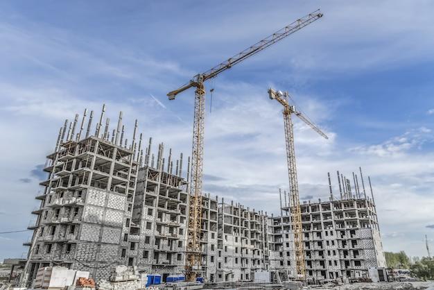 Grue de levage et nouveau bâtiment à plusieurs étages