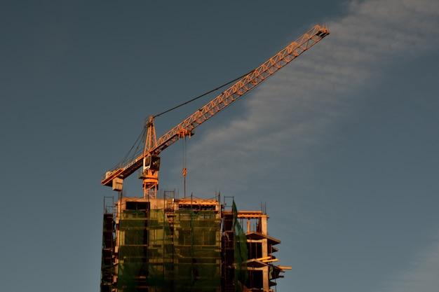 Grue de levage et nouveau bâtiment