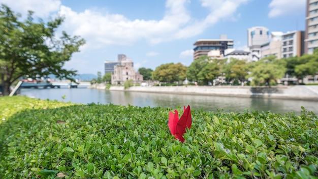 Grue En Papier Rouge Plié De Grus Antigone Hiroshima Japon Photo Premium