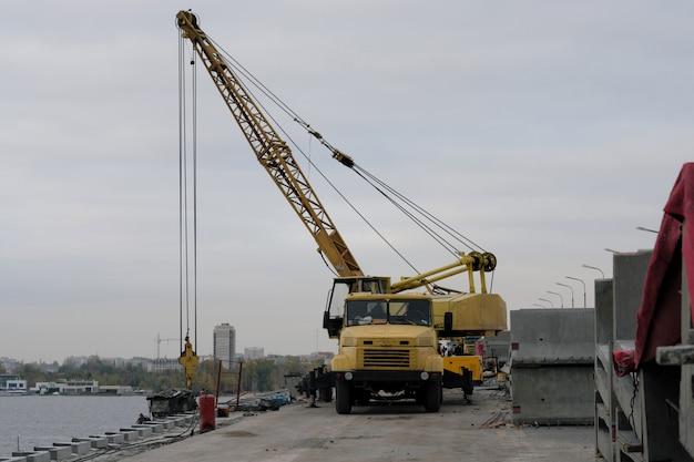Grue sur le pont. construction et réparation du pont.