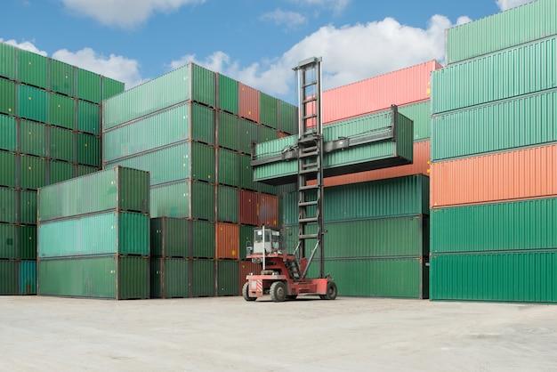 La grue soulève le chargement de la boîte de conteneur au dépôt de stockage de la cargaison pour l'import-export logistique.