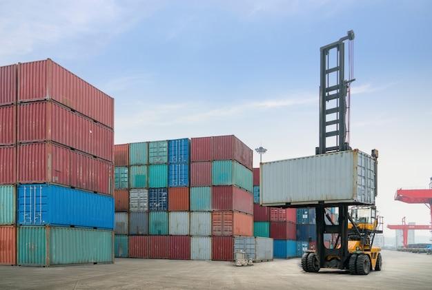 La grue soulève des conteneurs au quai
