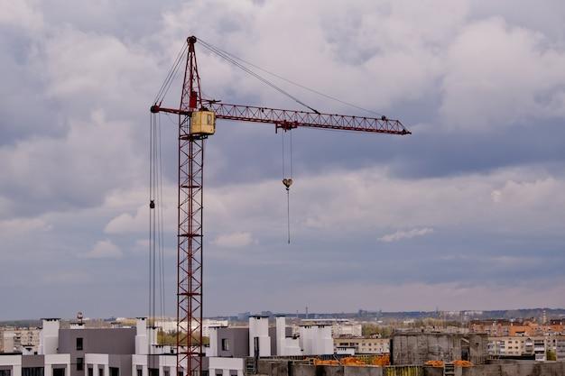 Grue à tour sur un chantier de construction