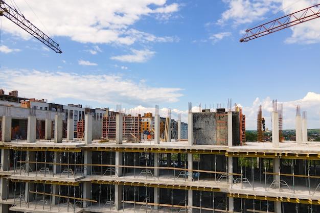 Grue à tour à haut bâtiment résidentiel en béton en construction. concept de développement immobilier.