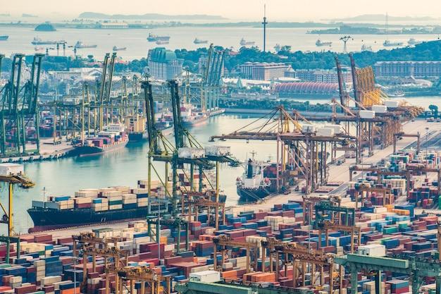 Grue de travail boîte de conteneur de chargement dans le chantier naval avec fond de logistique