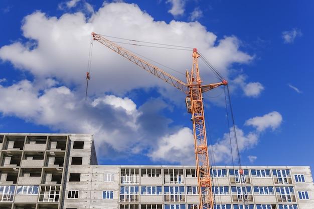 Grues de construction et bâtiments