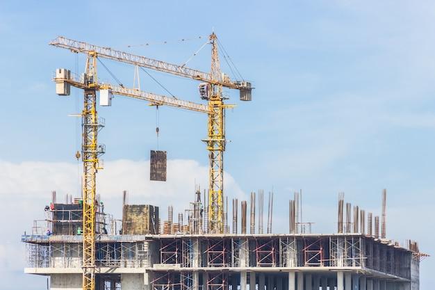 Grues de construction sur le chantier
