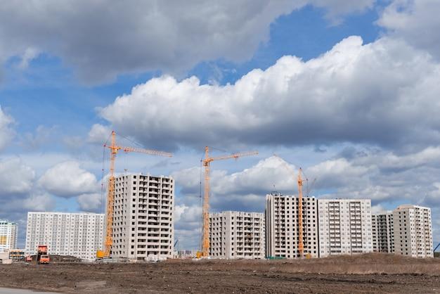 Grues hautes et zone de construction