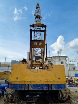 Grues sur la machine de l'industrie du chantier de construction de pieux de forage