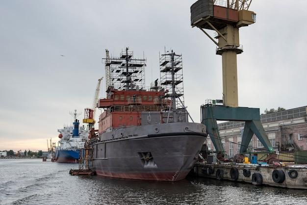 Grues de navires et de ports dans la zone de réparation