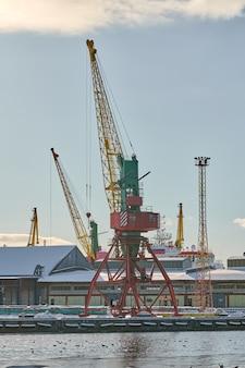 Grues portuaires massives dans le port maritime. grues à quai pour charges lourdes dans le port, la cour de conteneurs de fret, le terminal de porte-conteneurs. affaires et commerce, logistique
