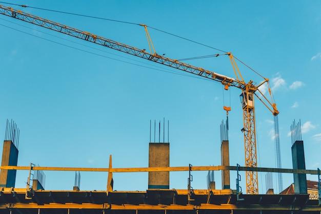 Grues à tour sur un chantier de construction