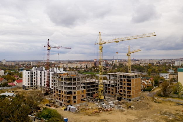 Grues à tour sur un chantier de construction.