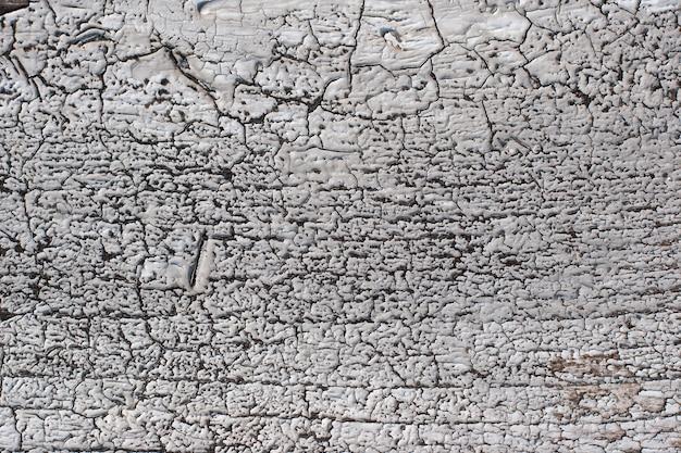 Grunge fond abstrait avec de la vieille peinture blanche fissurée sur la surface en bois