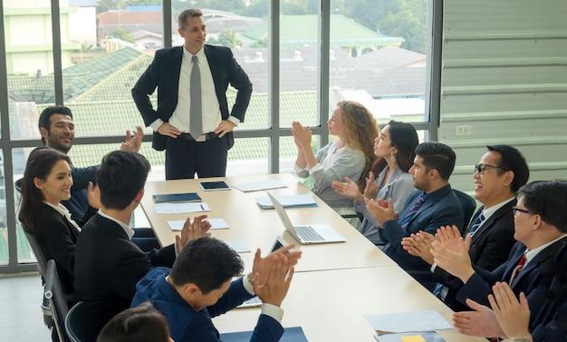 Gruop de gens d'affaires en séminaire ou réunion