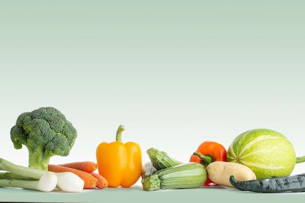 Grupo de verduras saludables con un fondo de color verde
