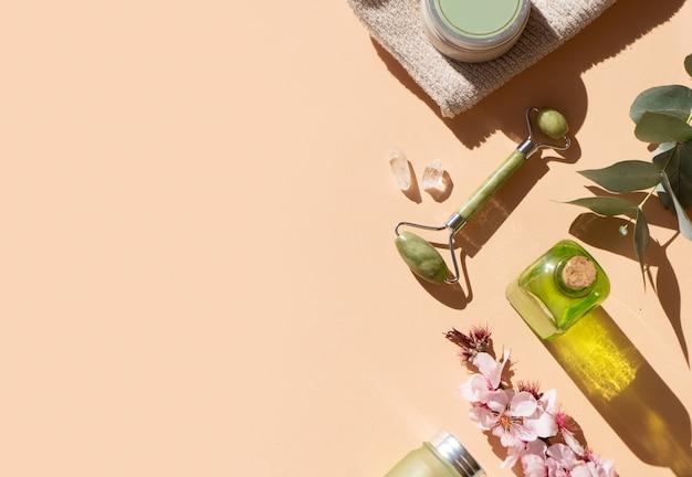 Gua sha, rouleau de jade de massage du visage en pierre naturelle et ensemble de spa à domicile, espace de copie