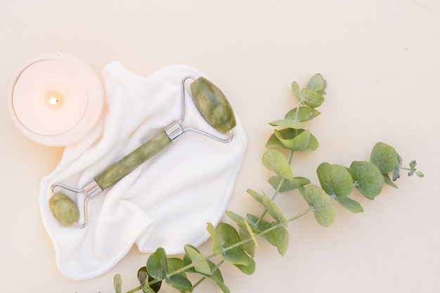 Gua sha, rouleau de jade de massage du visage en pierre naturelle avec eucaliptus naturel